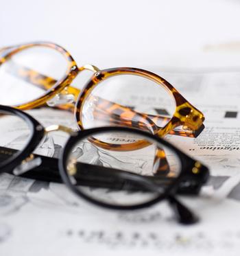 「atelier brugge(アトリエブルージュ)」のクリアレンズボストンサングラス。UVカット入りのクリアレンズで、眼鏡感覚で気軽に使えます。丸いレンズがやわらかな印象で、知的に見せてくれます。2種類のカラータイプがあるので、気分によって使い分けるのも素敵。