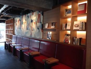 スターバックスコーヒーの壁面を飾る益永梢子氏による現代アートは、琳派の「洛中洛外図」をモチーフにしています。京都ならではの「和」を現代にアレンジした素敵な空間です。