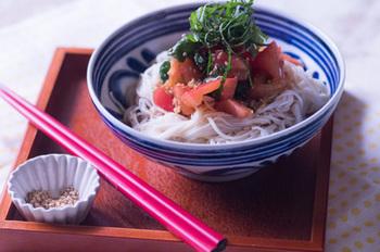 王道の組み合わせトマトとシソ!蒸し暑い日にもトマトのほどよい酸味と爽やかなシソの香りでお箸が進みます。