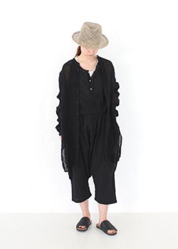 夏の黒コーデは、素材感とバランスがポイント。足首と首周りを出して涼しげな印象に。ちらりとプラスされている白やベージュのナチュラルカラーでおしゃれ上級者の風格に。