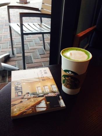 「ロームシアター京都」の賑わいの中心となるべくオープンしたのが、「京都岡崎 蔦屋書店」。書籍だけでなく様々なライフスタイルや文化を発信し、併設のカフェで書籍を読める新たな書店形態として現在14店舗展開している「蔦屋書店」の京都一号店です。