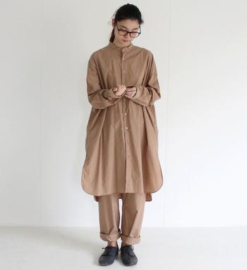 ナチュラルカラーの代表格ベージュは、ワントーンのシンプルさの中に大人っぽさをプラスしてくれる優秀カラーです。ビッグシルエットのシャツワンピースとパンツでハンサムに。
