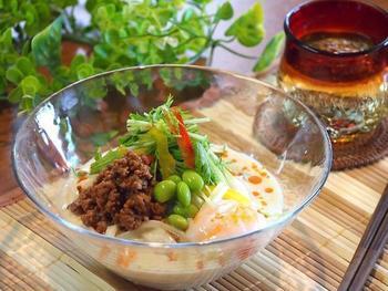 お味噌や豆乳と合わせてまろやかでクリーミーな肉味噌うどん。旬の枝豆をトッピングすれば見た目も涼しげです。