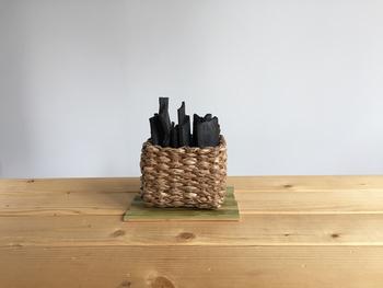 小さなかごに入った竹炭は、アートなオブジェのよう。玄関先に、寝室に、ちょっとしたスペースを飾りながら空気を綺麗にしてくれます。