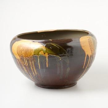 わずかな歪みさえも味わい深い、こちらの火鉢は小さめサイズで扱いやすいもの魅力。輝くような釉薬の表情を愛でながら、暖を囲んでみては。