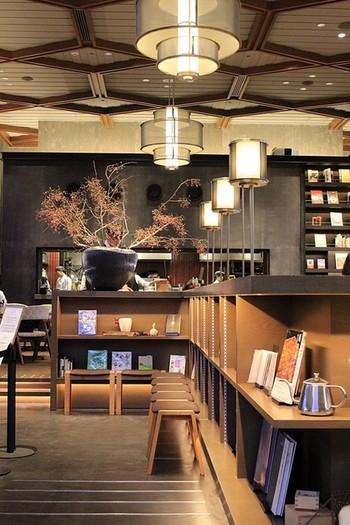 このラグジュアリーな空間、どこだと思いますか? 京都・岡崎にある「京都モダンテラス」は、築50年の建物をおしゃれにリノベーションしたレストランです。営業時間が8:00~23:00と、モーニング、ランチ、カフェ、ディナーと一日中いつでもゆったりとくつろげます。 近隣には神社や美術館に動物園など見ごたえのある文化施設が点在し、どこかに行く前や後に、もしくは途中で立寄るのに最適なスペースです。