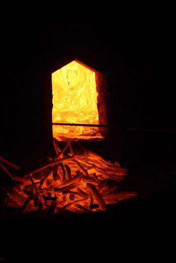 木や竹が窯の中でじっくり焼かれ、私たちの暮らしに役立つ炭になります。手にとってじっくり眺めてみると木目の一つ一つが輝くような炭に変化していった軌跡をたどることができるでしょう。ぜひ毎日の暮らしに、お部屋でのくつろぎタイムに、炭アイテムを取り入れてみませんか。