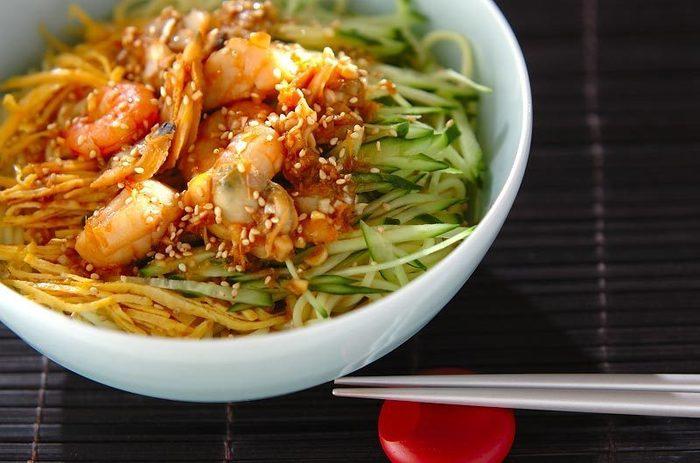 シーフードミックスで作る海鮮冷麺は本格的な冷麺ダレでおもてなしにもぴったり♪ごま油とニンニクの香りに食欲がそそられそう。