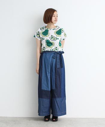 ボタニカルの中でも個性的なデコポン柄のTシャツです。立ち衿のようになったネックラインとデニムのパッチワークがポイントになっています。