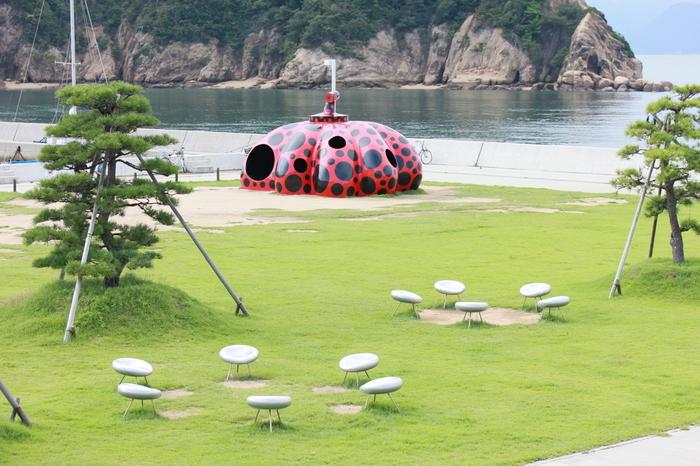 島内のあちこちにオブジェがあります。こちらは水玉模様の作品で知られる草間彌生さんの「赤かぼちゃ」。