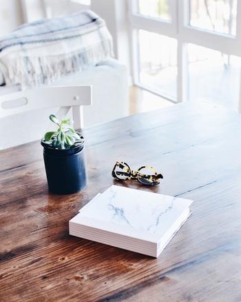 光がたっぷり入るダイニングテーブル。その上にちょこんと鎮座する多肉植物の可愛らしさがたまりませんね♪