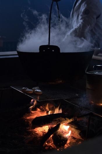正月飾りの処分は、神社や地域などで「どんど焼き」という行事が行われます。行事がなかったり時期を逃してしまった場合には、神社の「札納所」に納めるというのが正式なマナーです。  鏡餅に関しては、1月11日の鏡開きの日に、ぜんざいやお汁粉、雑煮にして、神仏に感謝し無病息災の祈りを込めて頂きましょう。