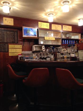 店内はカウンター席、ソファ席、テーブル席で構成されています。昔ながらの喫茶店なので、全面喫煙可能。すべてのお席でたばこが吸えるというのは今では珍しくなってしまいましたね。愛煙家の人にも嬉しい喫茶店です。