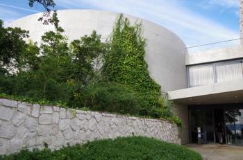 ベネッセハウス ミュージアムは前述した自然・建築・アートの共生をコンセプトに、1992年に開館した美術館とホテルが一体となった施設です。宿泊施設は「ミュージアム」「オーバル」「パーク」「ビーチ」の4棟。それら全てが地中美術館と同じく安藤忠雄氏の設計によるものです。