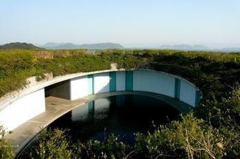 この空間は宿泊客しか訪れることができない貴重な空間で、この楕円形の池に沿うように部屋が並んでします。ちなみにオーバルは4棟の中で最も宿泊料金が高い煉となっています。