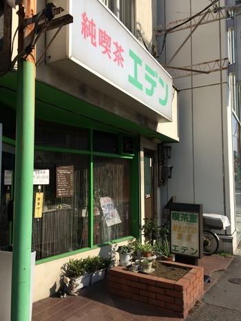 こちらのお店は、東京メトロ新大塚駅すぐのところにあります。ほんのりと薄暗い昭和レトロな雰囲気のお店で、ドラマに出てきそうな哀愁が漂っています。こちらのお店も喫煙することができます。