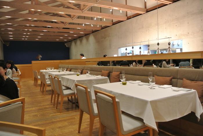 ベネッセハウス内にある、高い天井と足下からの大きな窓が開放的なレストラン。瀬戸内海の新鮮な食材を使用した料理は、日によって内容が変わるので連泊しても楽しめそう。