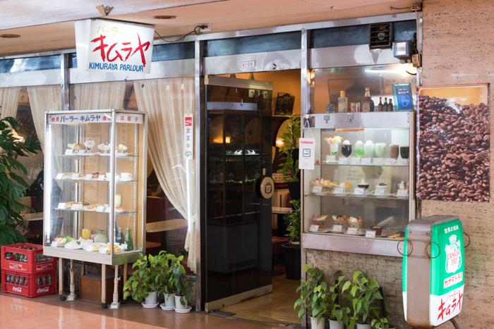 JR新橋駅から徒歩1分ほど。新橋駅前ビルの地下飲食店街にあるこちらのパーラーは昭和42年創業という歴史のあるお店です。庶民派のお店が立ち並ぶ一角で昔から変わらないショーケースを前に営業されています。