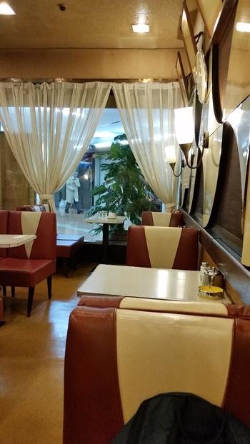全部で46席ほどあるお席は、整然とテーブルが並んでいます。独特な模様の椅子が趣き深いですね。