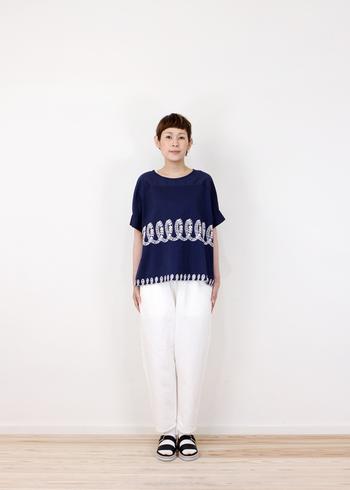 個性的なプリントが目を惹くTシャツは、やや落ち感のあるデザインも素敵です。コットンリネンの涼しげなホワイトデニムと合わせると大人サマースタイルの完成です!