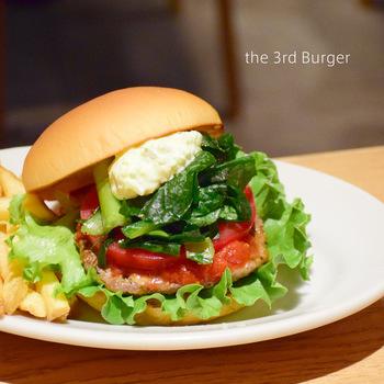 保存料、防腐剤を一切使用しないパン種をお店で焼いたり、オーストラリア産100%の生の牛肉のブロックを、毎日お店でミンチにしたり、良質な野菜にこだわったり、まさに体が喜ぶハンバーガーです。