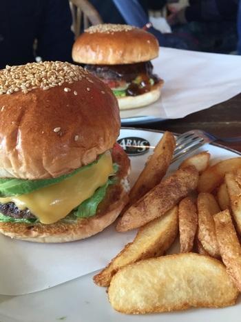 注文を受けてから丁寧に作られるできたてのハンバーガーはボリュームもたっぷりで大満足。すべての食感をなるべく合わせるために、バンズとパティはふんわりと、どちらも主張しすぎないよう作られています。
