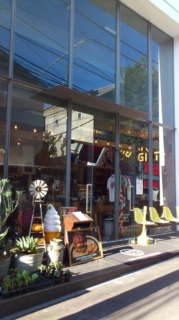 原宿の明治通りとキャットストリートの間のエリアにある雑貨も扱うハンバーガーショップです。ハンバーガーショップとは思えないおしゃれな外観。通り過ぎないように注意です!