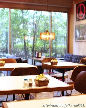 外の緑を見渡せるガラス張りの大きな窓やソファー席もあり、居心地抜群。お友達と買い物途中にハンバーガーを食べながら、ゆったりとおしゃべりしていきませんか?