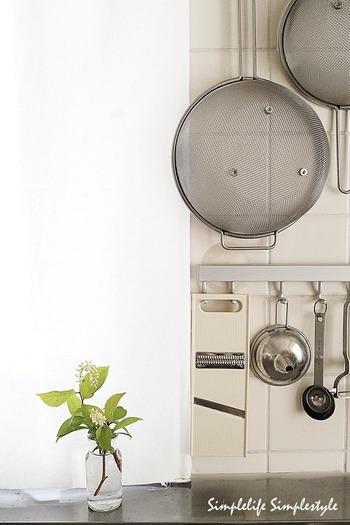 キッチンや廊下などに、さりげなく活けてみましょう。日常の空間に、ちょっとした「歓迎ムード」が生まれます。