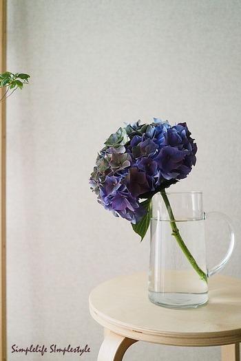 豪華な花を飾る必要はありません。庭に咲いているものや野花でも十分。季節の花を活けて、ホスト側の「おもてなし」の気持ちを表わしてみて。