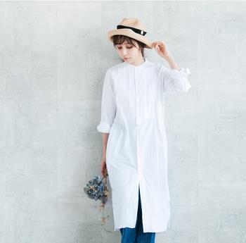 ヌケ感たっぷりの白いシャツ。 一枚をサラリと着るだけのシンプルで贅沢な味わい方です。