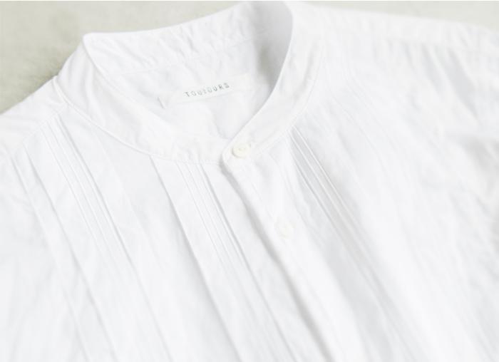 刺繍ガーゼのようになったエンボスデザインなど高い技術を使い、さりげない装飾を。 真っ白の無垢な生地に少しだけ影をつけることで一気に表情豊かな仕上がりにになります。 お洋服のことを理解しているからこそ創りあげられる表情のひとつです。