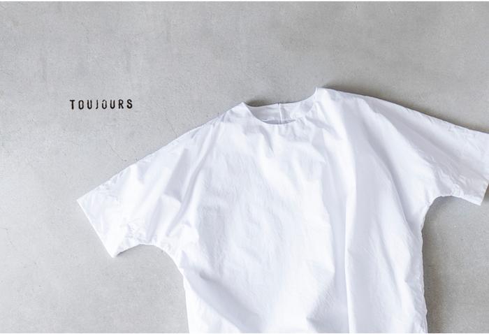 """今季のテーマは""""BOY""""。。。元気な少年のように、真っ白なTシャツを着て真夏の外へ。無邪気な面影をチラつかせながら日々を演出する。あくまで大げさじゃなくさりげないその絶妙な匙加減で日々に寄り添う一枚でありますように。"""