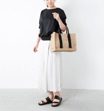 シンプルなモノトーンコーデには、黒のハンドルがアクセントになったかごバッグを合わせると、大人っぽく統一感を持たせることができます。