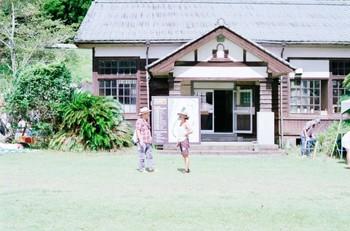 鹿児島県南九州市川辺町にある「かわなべ森の学校(旧:長谷小学校)」は、1990年に廃校になりました。  森に囲まれたひっそりとした山合いに佇む、風情ある美しい木造校舎、築100年に迫る古い講堂、校庭に立つ大きなクスノキが目印。森の学校は、そんな思わず世間を忘れてしまうような、ちょっぴり不思議な場所にあるのだそう。