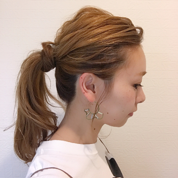 髪全体をコテで巻いてサイドの髪を少し残して一つ結びに。 残していた髪を結び目に巻きつけたひとくせポニーです♪