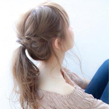こちらもサイドの髪を上手に活用♪ サイドを三つ編みにして、結び目の上でクロスさせヘアピンで留めるだけで、ゆるっと可愛いポニーテールアレンジに。