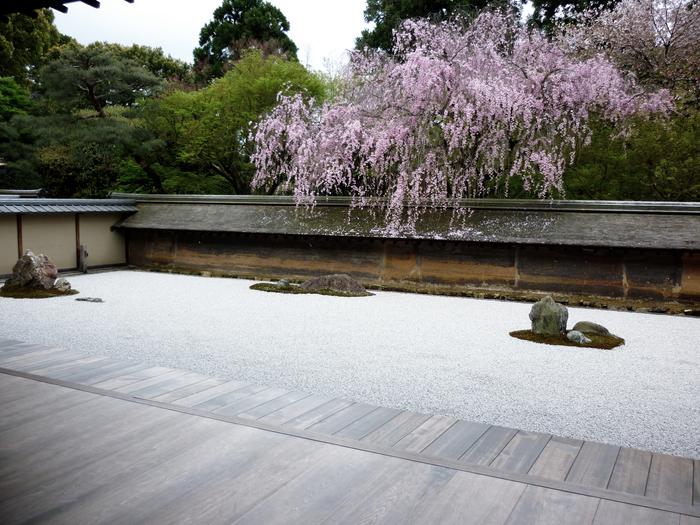 """インド生まれの「禅」は、中国から日本に伝わり、そして全世界へと広がっていきました。そもそも禅とは、大乗仏教の一派「禅宗」、""""心を統一して真理を追究すること""""を意味するサンスクリット語を音訳した「禅那」、もしくは「座禅」の略とされています。"""