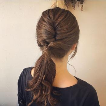 トップを丸くひねってピンで留め、ピンを隠すようにサイドの髪を後ろでくるりんぱしています。 あとは、襟足の髪を全部まとめて一つに結ぶだけ♪