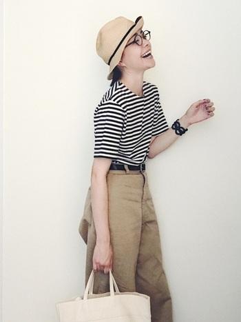 ボーダー×ワイドチノパンの定番アイテムに、マチュアーハの帽子とめがねを合わして日焼け対策*シンプルながら、ひとつひとつのアイテム選びや、小物使いがオシャレ。