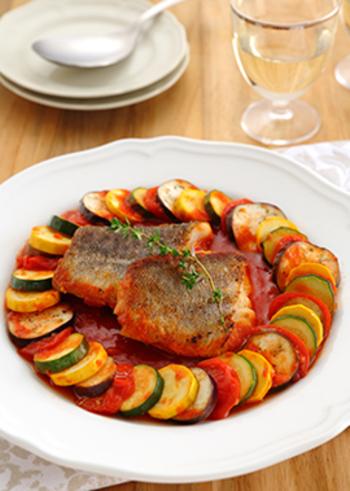 あっさりした白身魚をトマトソースの旨味で煮込むトマトパッツァです。茄子とズッキーニの色合いもとっても綺麗ですね。華やかなメイン料理になる一品です。