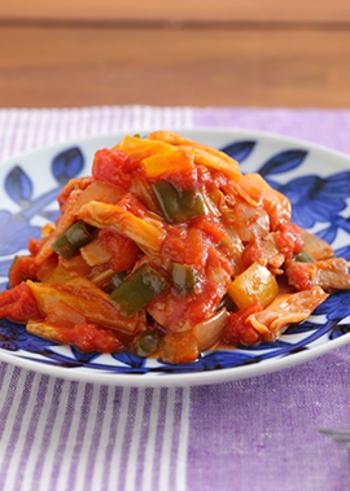 こちらは中華風。カットトマト、パプリカ、玉ねぎ、キャベツなどの野菜に、豚バラ肉の旨味を加えます。ごまらー油のピリ辛でご飯が進む、おかずラタトゥイユですね。
