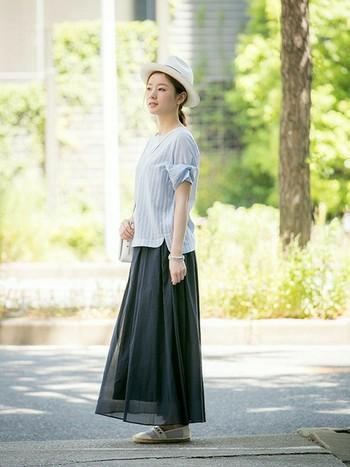 涼し気なブラウス×ロングスカートに帽子をかぶった、爽やかで上品なコーデ。夏の暑さを忘れてしまうような透明感溢れる色合わせが素敵。