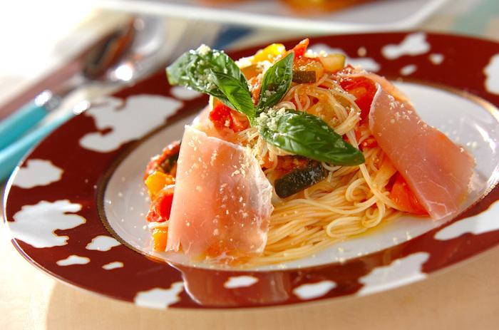 ラタトゥイユにバジルの香りと生ハムの塩気をプラスした、彩りもきれいな冷製パスタ。食欲が落ちることの多い夏の暑い日も、これならさっぱり食べられますね。