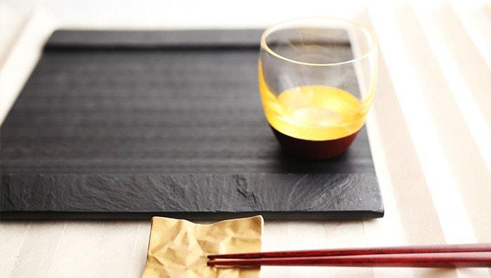 スクエア皿は、おしゃれなテーブルコーディネートができることから、とても人気ですね。こちらのお皿は、宮城県雄勝町の玄昌石(げんしょうせき)を削り出して一点一点手作業で丁寧に作られたストーンプレート。石独特の質感とひんやりとした感触が魅力。華やかなモザイク寿司を引き立ててくれます。