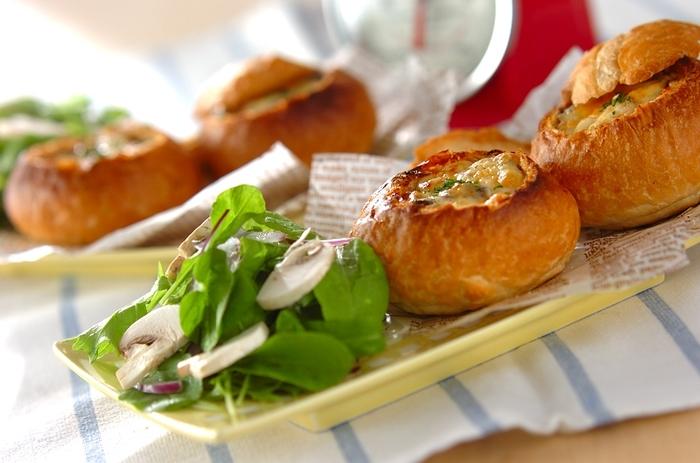 こちらはちょっとおしゃれにミニブールで。少し縁を残してパンの中身をくり抜き、ラタトゥイユを詰めます。トースターでこんがりするまで焼けば、ベーカリーで売っている惣菜パンのようですね。