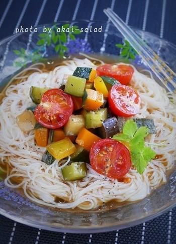 夏に食べたいメニューといえばおそうめんですが、栄養が偏りがちになるのが少し心配ですよね。和風ラタトゥイユをのせたこちらのおそうめんなら、野菜たっぷりで栄養も満点です。