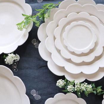 ぷっくり可愛らしい花のような器は、テーブルがパッと華やかに可愛い食卓になりそう。いろいろな物を乗せるのが楽しみになりますね。