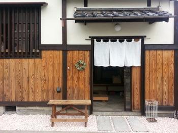 京都府岡崎にある「器と暮らしの道具店 おうち」。古民家をリフォームした店内に、作家物の器や雑貨がずらりと並んでいます。作家さんの個展やイベントなども開いていて、訪れるたびに新しい器との出会いが楽しめるお店です。