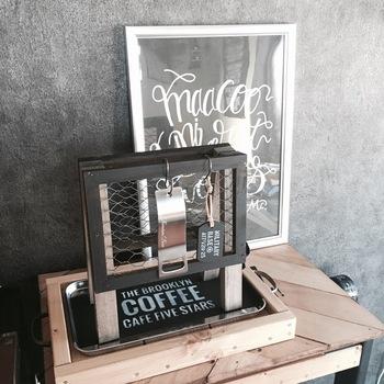 きりりとかっこいい、木製のアクセサリースタンド。100円ショップのメッシュフレームを使って作っているので、お安く簡単に作ることができますよ。
